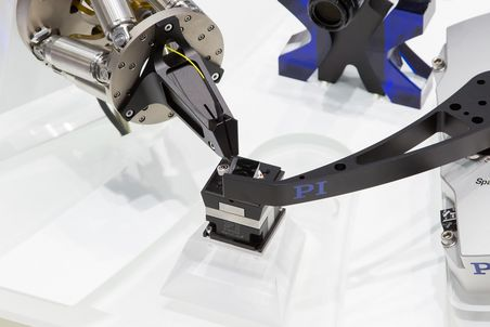 [Translate to German:] PI Hexapod in Microproduction